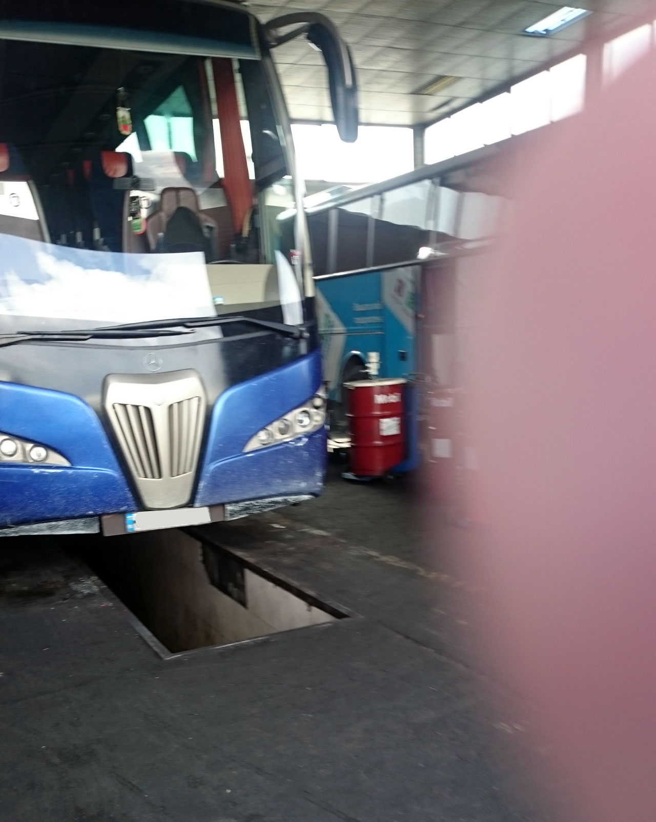 автоклиматик.bg-зареждане-на-автоклиматици-автобус-(9)